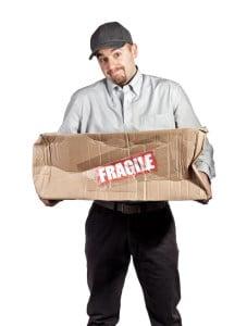 Paketdienst mit einem beschädigten Paket