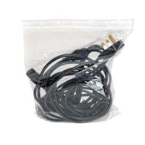 Transparenter Druckverschlussbeutel mit Kabel als Inhalt