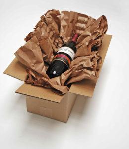 Eine Weinflasche wird in PadPak LC Papier gewickelt.