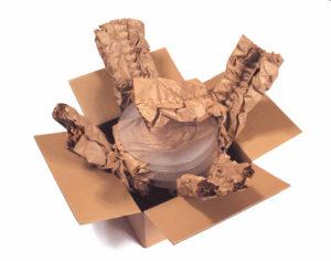 PadPak LC Papier verarbeitet zu Polstern. In diesem Beispiel werden mehrere Glasteller einzelnen eingewickelt