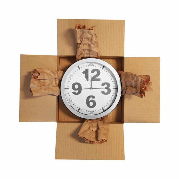 Haushaltswaren, wie zum Beispiel die abgebildete Wanduhr lässt sich mit dem Papier von der PadPak Compact zuverlässig für den Transport schützen.