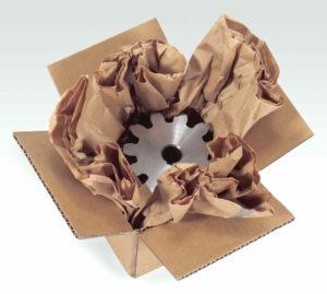 Sternförmig wird das PadPak Junior Papier im Karton ausgeelgt, dass Zahnrad oder auch andere Metallwaren hineingelegt.
