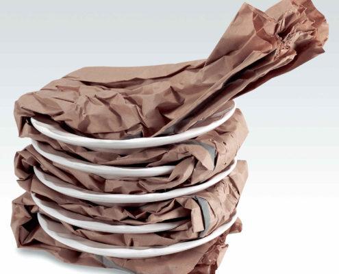 Mehrere Teller eingewickelt mit PadPak Junior Papier