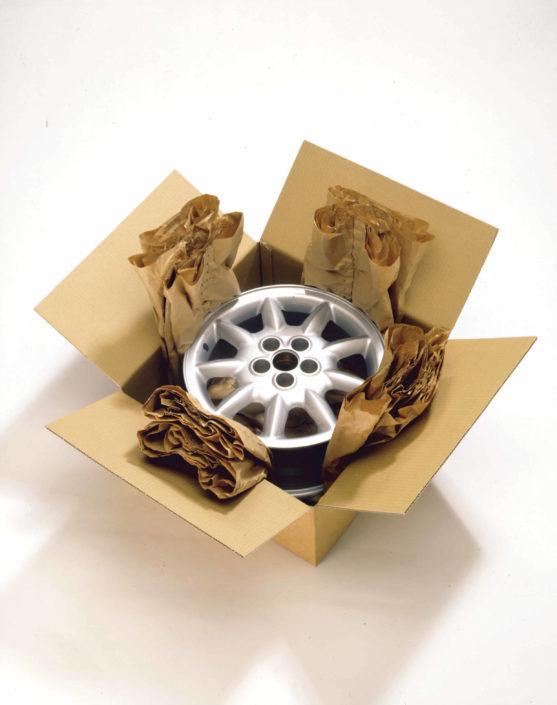 Felgen oder auch Radkappen können ebenso mit dem PadPak Compact System Papier geschützt werden. Dabei wird das Papier Kreuzförmig in den Karton gelegt, der Gegenstand in der Mitte platziert und der Karton verschlossen.