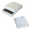 Verschiedene Schachteln mit Deckel für Kopierpapier in weiß
