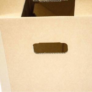 Gezoomtes Bild auf den Handgriff (gestanz) des Umzugkartons
