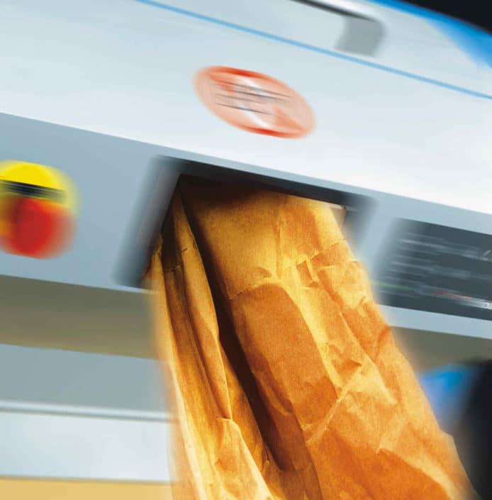 voluminöses Papier kommt aus dem Auswurf der Maschine