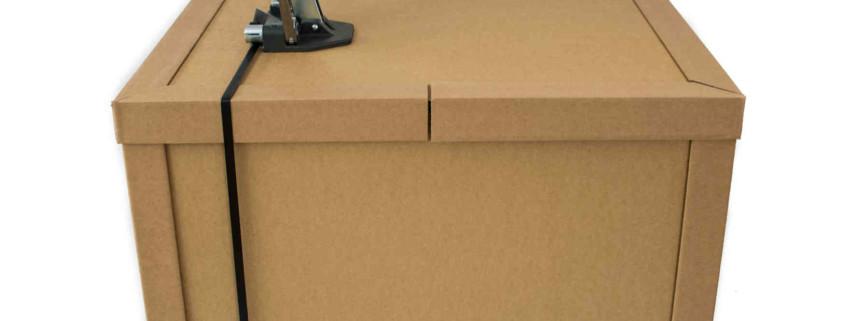 Exportverpackung aus Pappe mit Umreifungsgerät und Euro-Palette