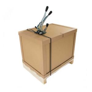 Umreifte Palettenbox auf einer Holz-Palette