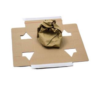 Versandkarton aufgeklappt inklusive Kraftpapier zur Fixierung eines Produkts