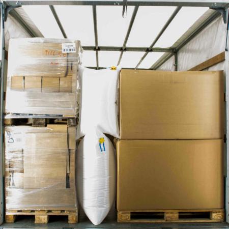 Im Bild zu sehen ist, wie zwei Stausäcke zur Ladungssicherung in einem LKW zwischen Paletten verwendet werden können. Damit wird sichergestellt, dass die Paletten nicht verrutschen können.