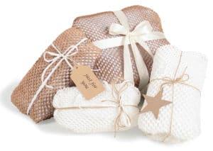 Verschiedene eingewickelte Produkte in Geami WrapPak Seidenpapier. Geschenkverpackung