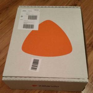 Karton bedruckt von Zalando mit Logo und Unternehmensnamen